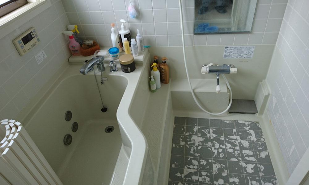 リフォーム前の床が剥がれ落ちている浴室