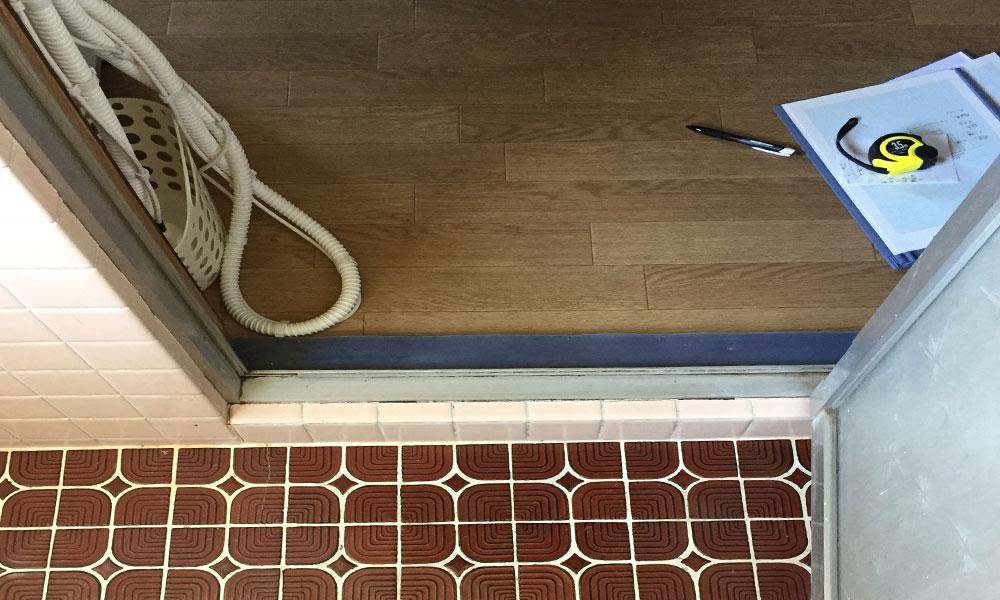滑りやすい床の浴室
