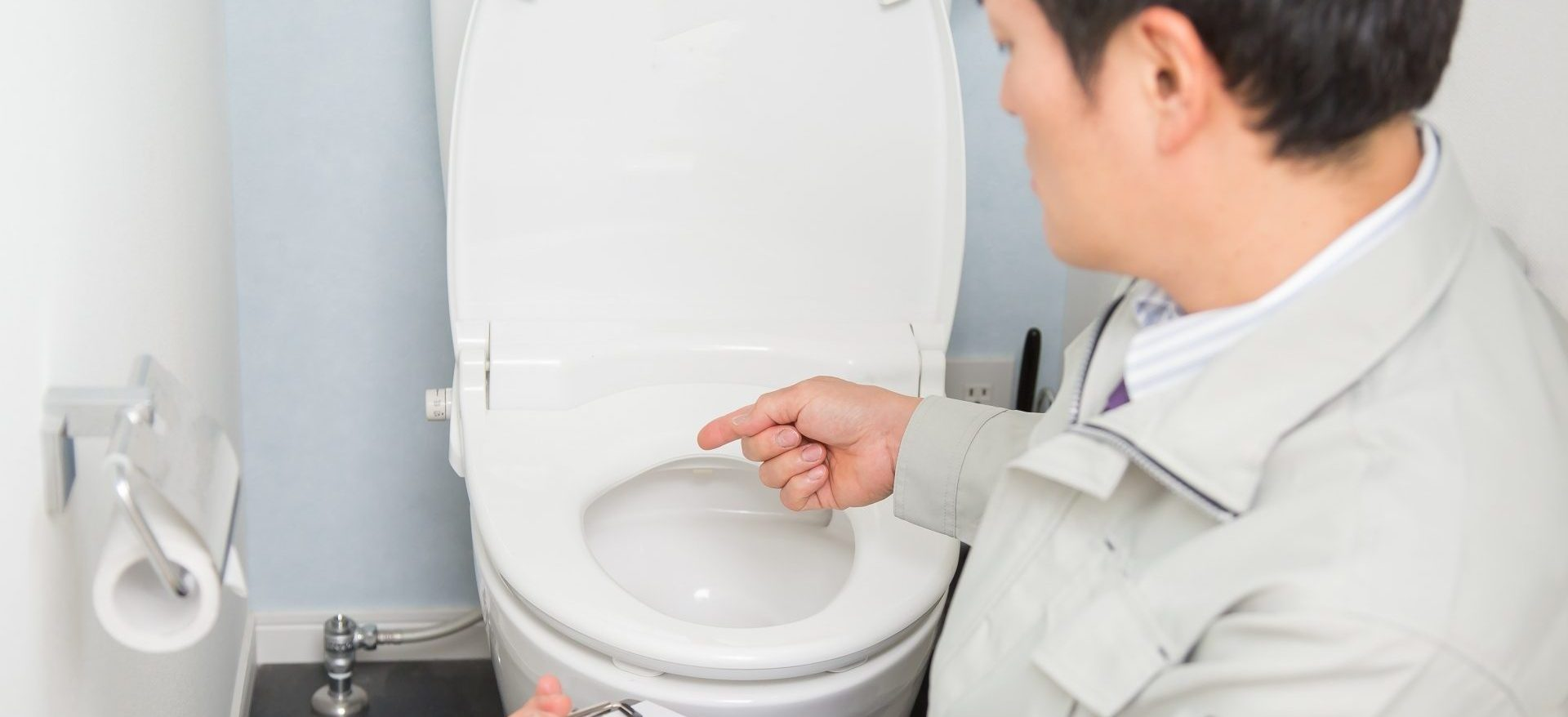 トイレを点検する長野県のリフォーム業者